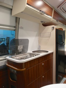 Küchenzeile des Adria Twin 600 SPT