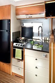 Moderne L Küche mit integriertem Backofen