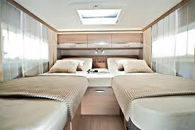 Bequeme Einzelbetten sorgen für leichtes aufstehen im Adria Sonic Reisemobil