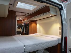 Federkernmatratze mit Lattenrost im Adria Twin Campingbus