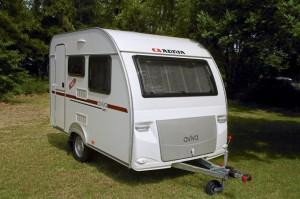 Leichter Wohnwagen Adria Aviva 300 DT wiegt nur 700 Kg bei 3m länge.