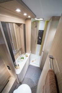 Helle Badezimmer mit großen spiegelflächen im Adria Adora