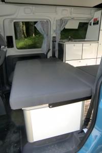 Eine große Staubox unter der Bank im Caddy Camp Maxi